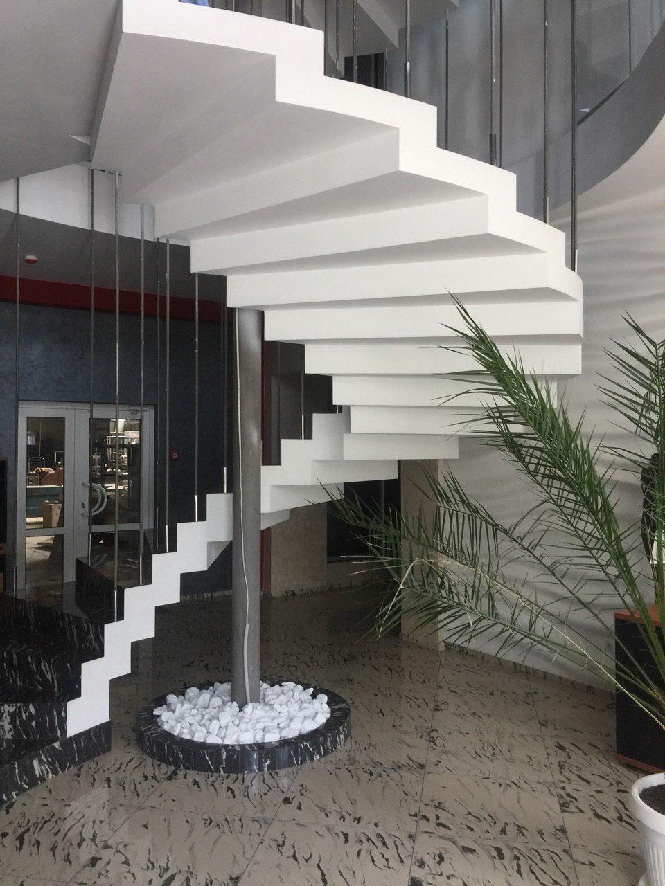 Винтовая бетонная лестница зеркального типа