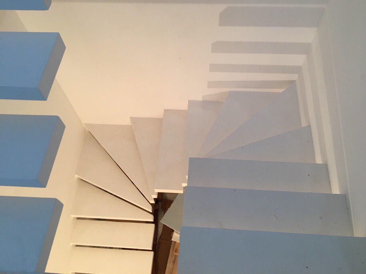 П-подібні сходи консольного типу