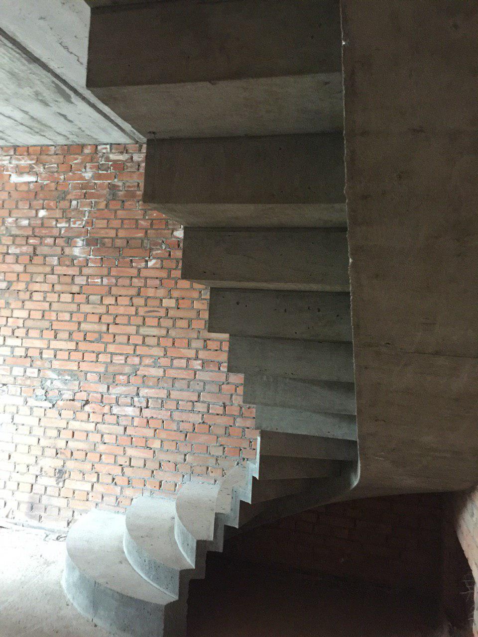 Г-образная лестница конструкции половинчатый косоур с зеркальными ступенями