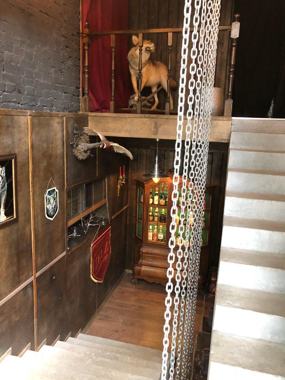 П-образная лестница с площадкой гладкоподшитой конструкции