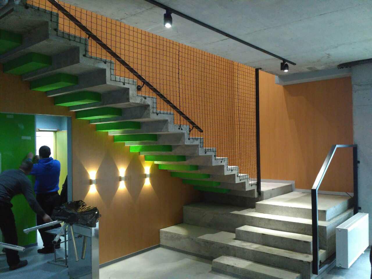 П-образная лестница зеркальной конструкции