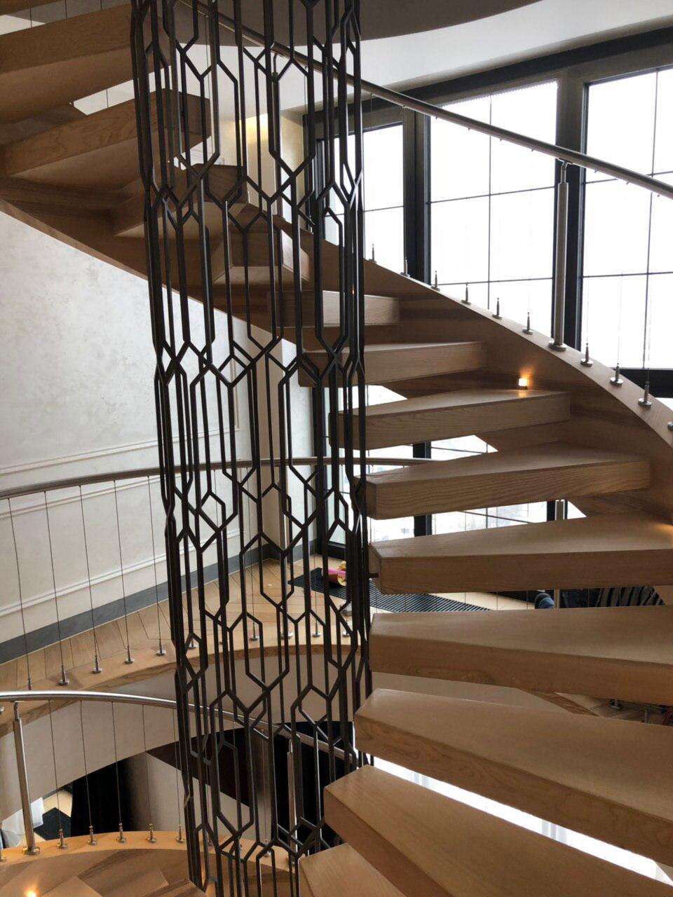 винтовая лестница с отделкой деревом