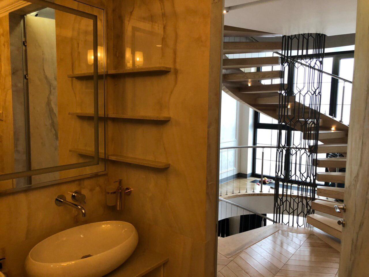 Полувинтовая лестница на внешней тетиве