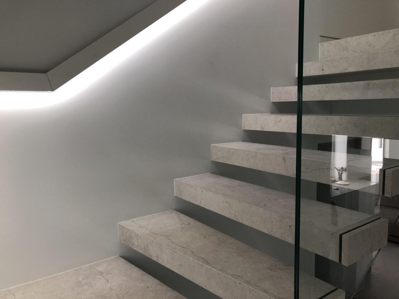 консольні сходи зі скляним огородженням