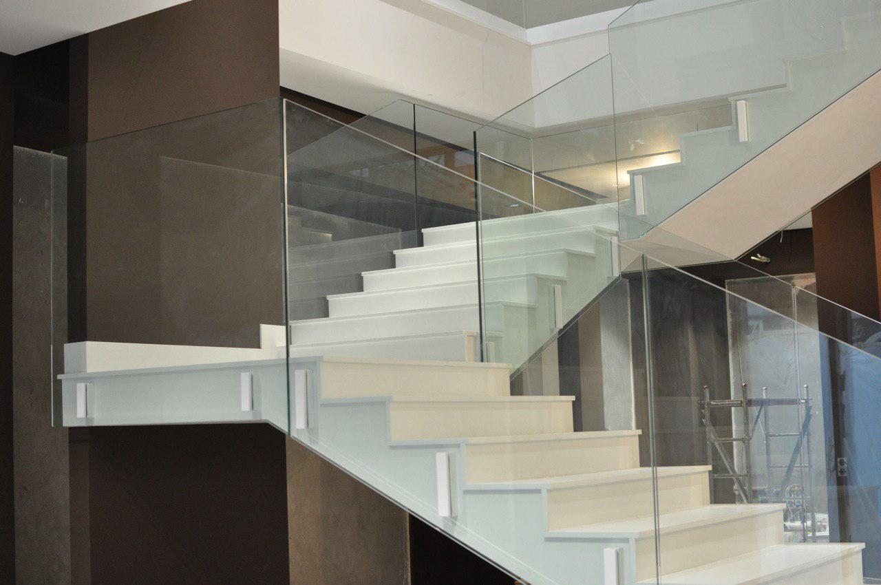 П-подібні сходи, гладкопідшитого типу з двома майданчиками