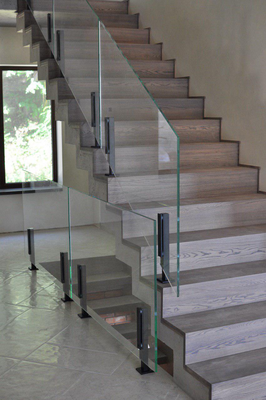 """Прямі сходи дзеркального типу в технології """"полірований"""" бетон з обробкою зверху, деревом"""