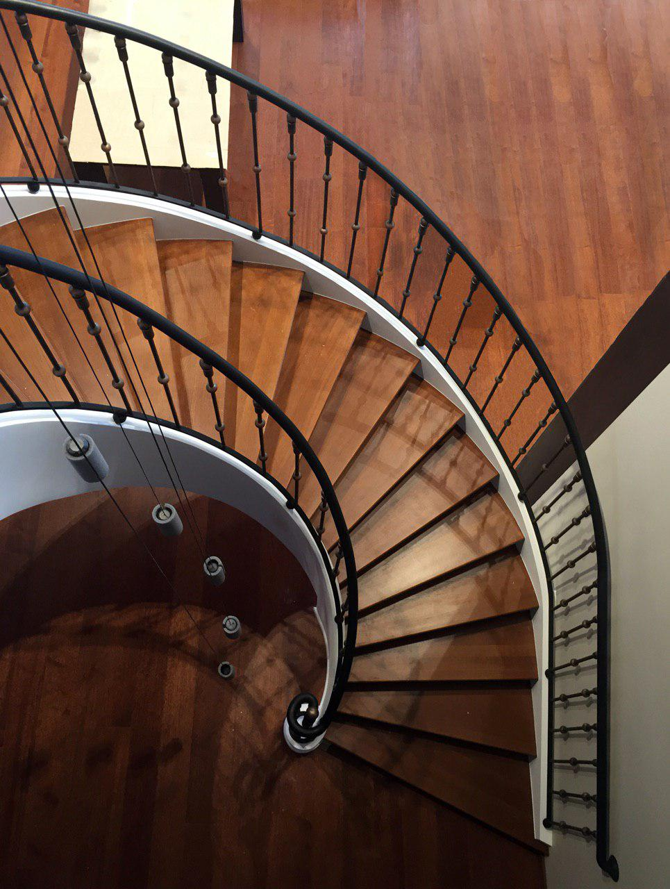 Полугвинтові гладкопідшиті сходи з бортами