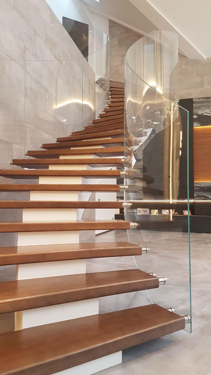 Сходи конструкції центральний косоур з дерев'яними сходинками 12