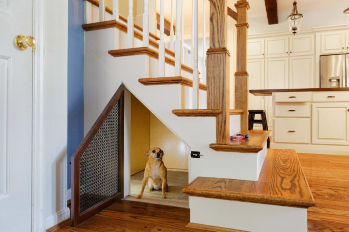 жилье для домашних питомцев под лестницей