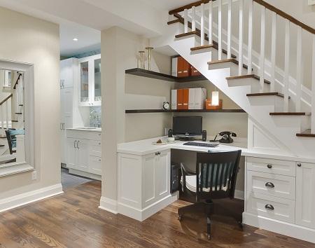 кімната зі сходами на другий поверх