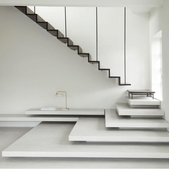 голый бетон белыми ступенями