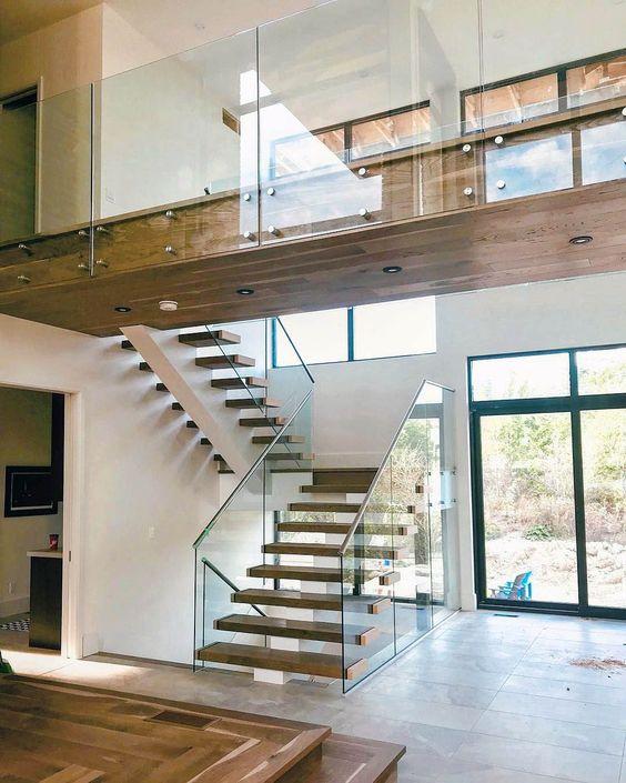 бетонная лестница с стеклянными перилами