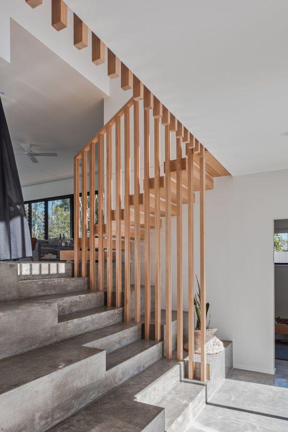 бетонні сходи з деревяною огорожею