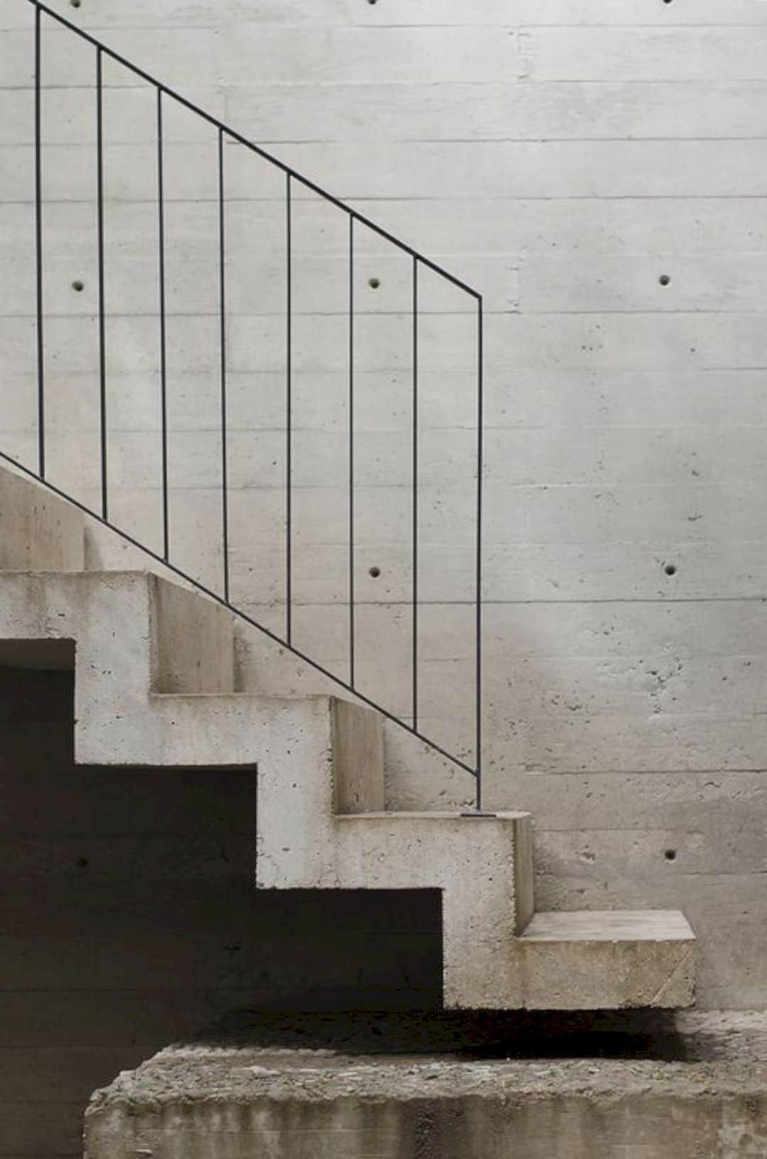 бетонная лестница с железными перилами